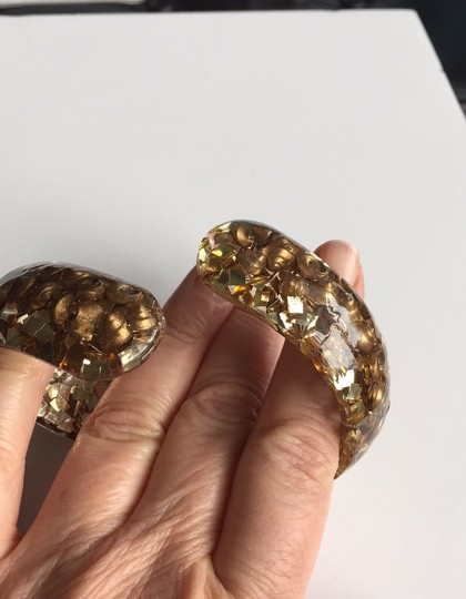 vintage 1960's hinged bangle lucite with gold shells and gold confetti Image 3