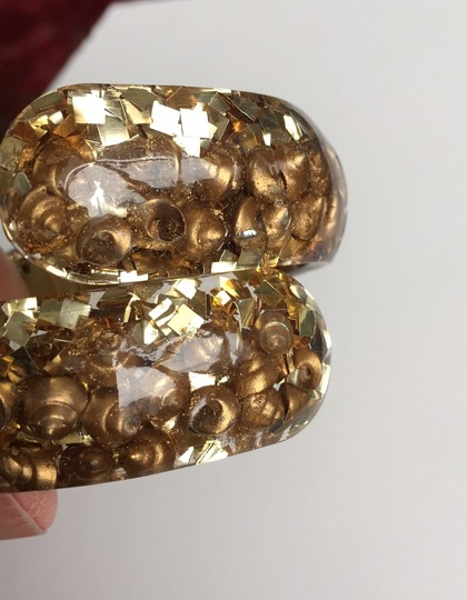 vintage 1960's hinged bangle lucite with gold shells and gold confetti Image 4