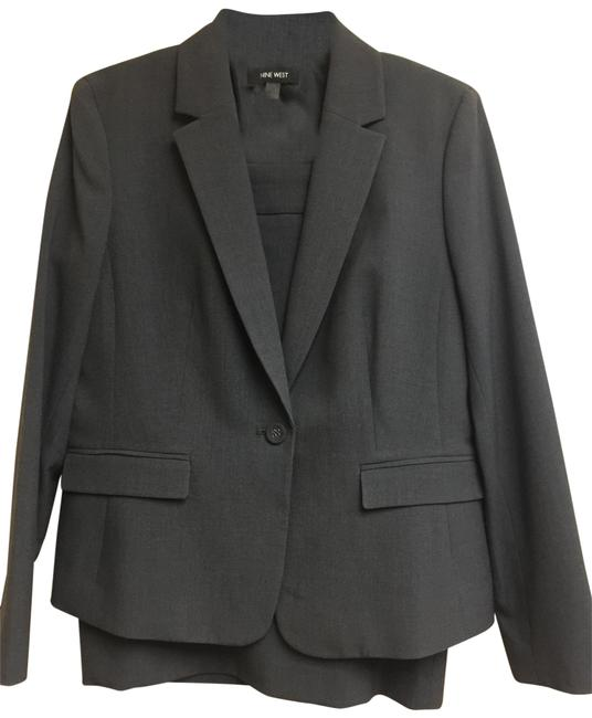 Preload https://img-static.tradesy.com/item/25495448/grey-jacket-and-8-skirt-suit-size-10-m-0-1-650-650.jpg