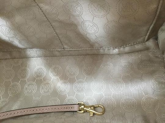 MICHAEL Michael Kors Satchel in Light pink with gold studs Image 3