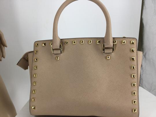 MICHAEL Michael Kors Satchel in Light pink with gold studs Image 6
