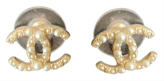 Preload https://img-static.tradesy.com/item/25514940/chanel-white-pearl-earrings-0-1-540-540.jpg