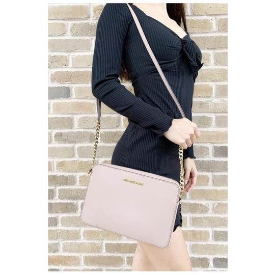 Preload https://img-static.tradesy.com/item/25519289/michael-kors-east-west-jet-set-large-fawn-cross-body-bag-0-0-540-540.jpg