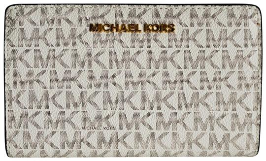 Preload https://img-static.tradesy.com/item/25519634/michael-kors-vanilla-acorn-jet-set-travel-bifold-mk-wallet-0-1-540-540.jpg