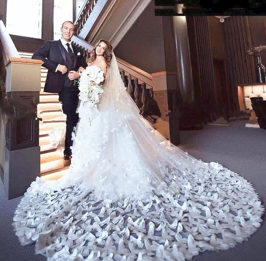 Preload https://img-static.tradesy.com/item/25529220/long-whiteivory-2t-butterfly-cathedral-10ft-16ft-bridal-veil-0-0-540-540.jpg