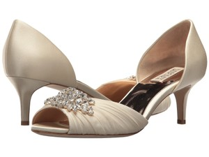Badgley Mischka Ivory Sabine Kitten Heel Pumps Size US 9 Regular (M, B)