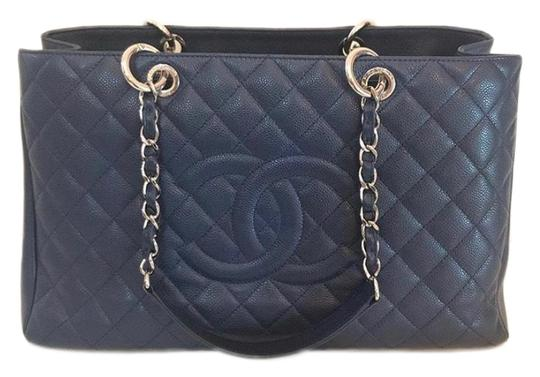 Preload https://img-static.tradesy.com/item/25548061/chanel-xl-gst-navy-blue-caviar-leather-tote-0-1-540-540.jpg