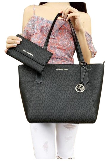 Preload https://img-static.tradesy.com/item/25553418/michael-kors-kimberly-large-bonded-top-zip-mk-signature-black-tote-0-1-540-540.jpg