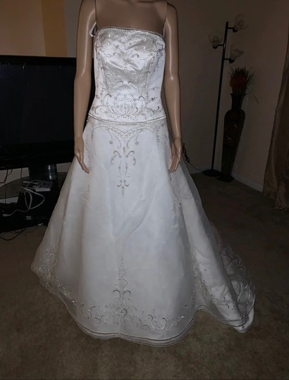 David's Bridal Ivory 100 Polyester Formal Wedding Dress Size 8 (M) Image 1