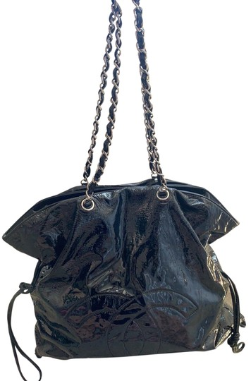 Preload https://img-static.tradesy.com/item/25630246/chanel-logo-black-patent-leather-hobo-bag-0-1-540-540.jpg