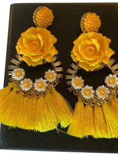 Elizabeth Cole yellow roses and daisies dangle earrings style# TRPFV17E23