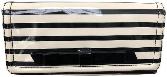 Preload https://img-static.tradesy.com/item/25654612/kate-spade-chelsea-park-small-black-and-off-white-patent-leather-clutch-0-1-540-540.jpg