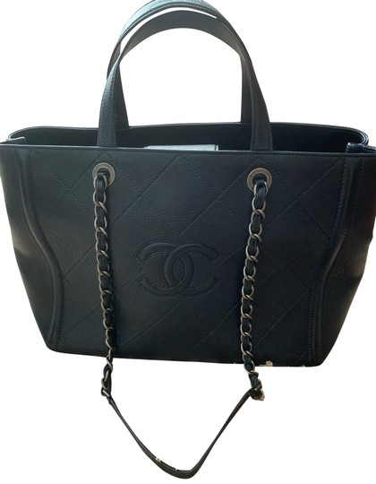 Preload https://img-static.tradesy.com/item/25657171/chanel-navy-lambskin-leather-tote-0-1-540-540.jpg