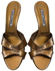 f11dbca3fe548 Gold Manolo Blahnik Sandals Up to 90% off at Tradesy