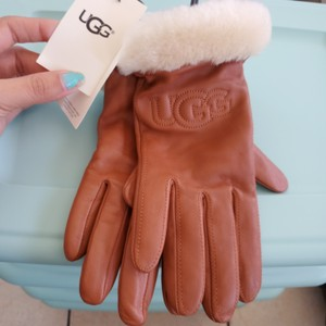 UGG Australia Brand new with tags Uggs Classic Leather Logo Gloves Chestnut Color Size L