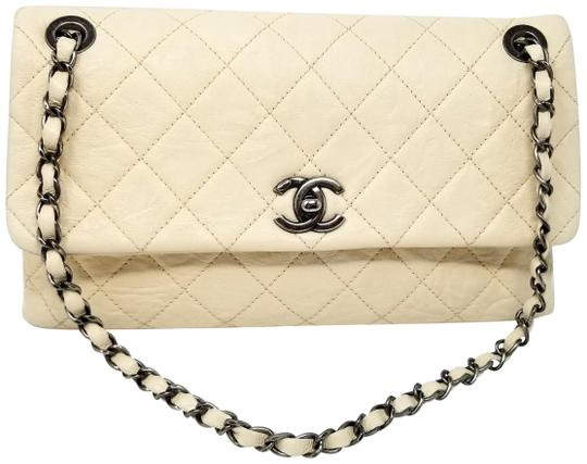 Preload https://img-static.tradesy.com/item/25701956/chanel-classic-chain-single-flap-cc-light-beige-leather-shoulder-bag-0-1-540-540.jpg