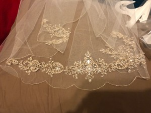 David's Bridal Off White with Gold Detailing Medium V378 Bridal Veil
