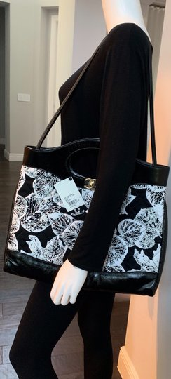 Chanel Tote in black and white Image 11