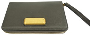 Marc by Marc Jacobs New Q Wingman M0005358 Color: 057 - Faded Wristlet in Grey