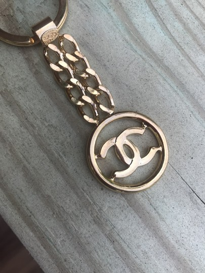 Chanel Chanel 24 kt gold high polished brass keychain Image 6