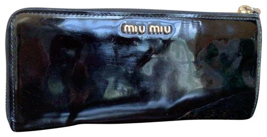 Preload https://img-static.tradesy.com/item/25760388/miu-miu-bow-zip-around-long-wallet-black-patent-leather-clutch-0-1-540-540.jpg