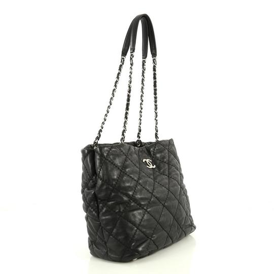 Chanel Leather Zip Tote in black Image 2