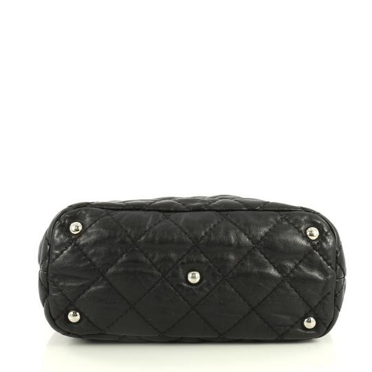 Chanel Leather Zip Tote in black Image 4