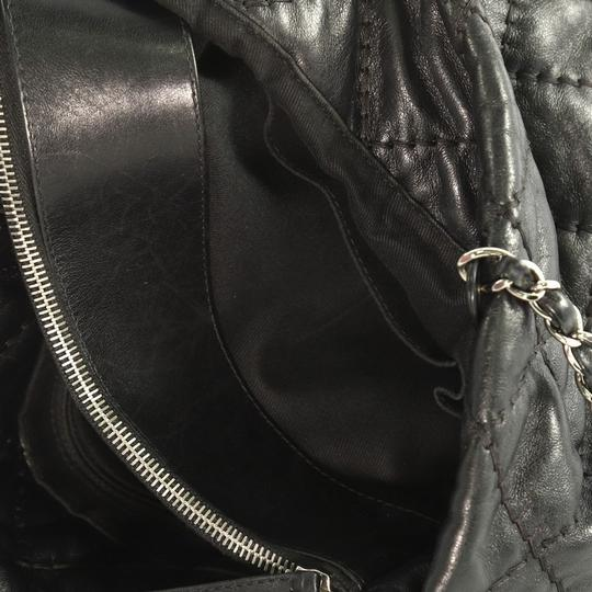 Chanel Leather Zip Tote in black Image 7