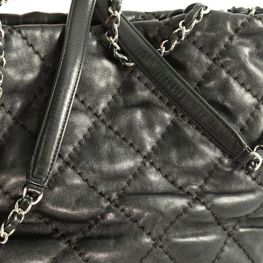 Chanel Leather Zip Tote in black Image 8