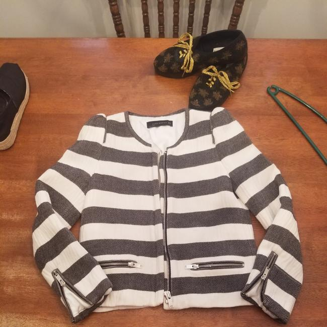 Preload https://item3.tradesy.com/images/zara-white-and-gray-colorblock-jacket-size-6-s-25764852-0-1.jpg?width=400&height=650
