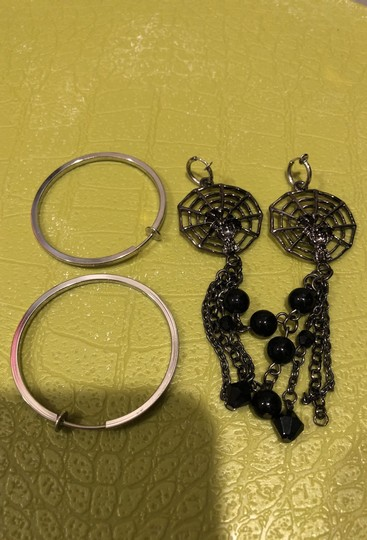 Other Total of 4 necklaces and 6 pairs of clip on earrings. Image 9