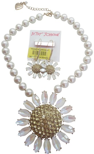Betsey Johnson Betsey Johnson New White Daisy/Pearl Necklace & Earrings Image 0