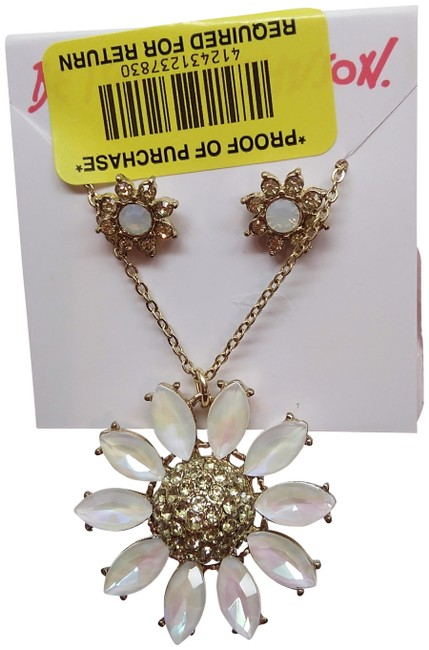 Item - White New Daisy Necklace & Earrings