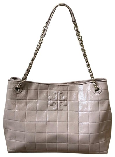 Preload https://img-static.tradesy.com/item/25855399/tory-burch-marion-quilted-chain-shoulder-slouchy-light-oak-patent-leather-tote-0-1-540-540.jpg
