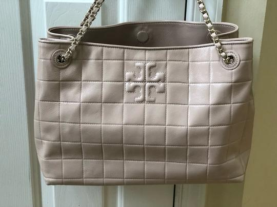 Tory Burch Marion Marion Quilted Patent Leather Very Tote in Light Oak Image 8
