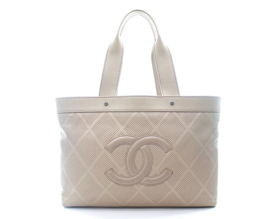 Preload https://img-static.tradesy.com/item/25872291/chanel-shopping-quilted-signature-tan-leather-tote-0-0-540-540.jpg