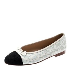 ca7bb455 White Chanel Flats Up to 90% off at Tradesy