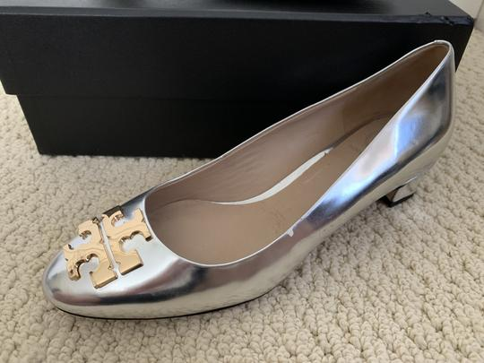Tory Burch Logo Metallic Gold Silver Pumps Image 11