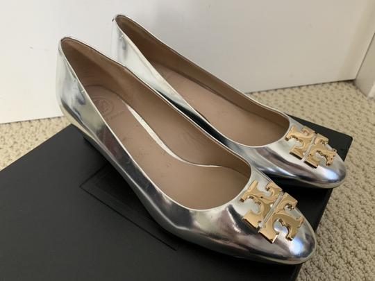Tory Burch Logo Metallic Gold Silver Pumps Image 8