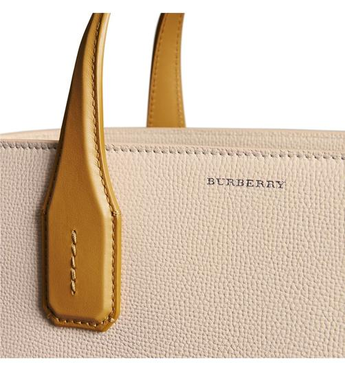 Burberry Tote in Beige Image 3