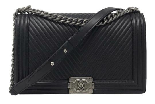 Preload https://img-static.tradesy.com/item/25918223/chanel-handbag-shoulder-boy-le-chevron-black-lambskin-leather-cross-body-bag-0-1-540-540.jpg