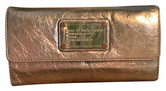 Preload https://img-static.tradesy.com/item/25925824/marc-by-marc-jacobs-silver-taupe-classic-q-fold-over-wallet-0-1-540-540.jpg