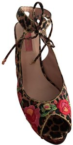 Betsey Johnson leopard and pink/red/orange flowers with green leaves Pumps