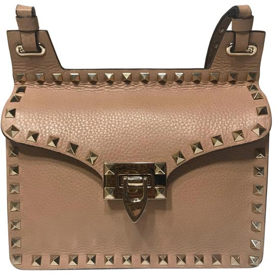 Preload https://img-static.tradesy.com/item/25946012/valentino-rockstud-nude-leather-messenger-bag-0-2-540-540.jpg