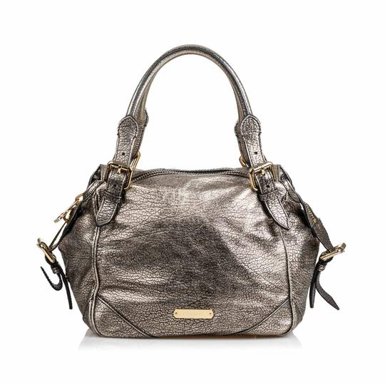 Preload https://img-static.tradesy.com/item/25948990/burberry-w-metallic-oakford-united-kingdom-dust-medium-silver-leather-shoulder-bag-0-0-540-540.jpg