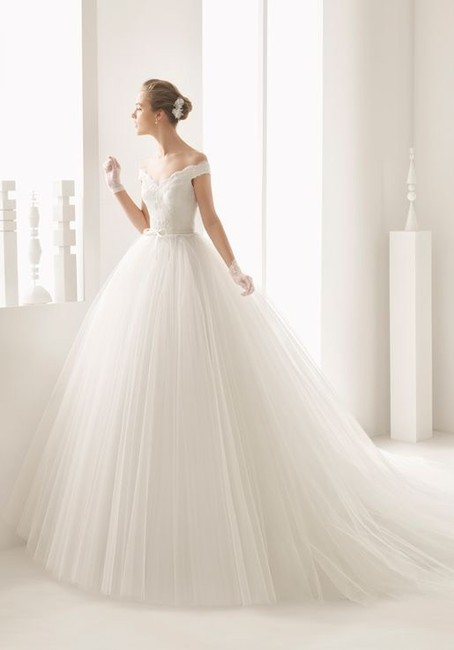 Item - Neira Off The Shoulder Lace and Tulle Gown Formal Wedding Dress Size 12 (L)