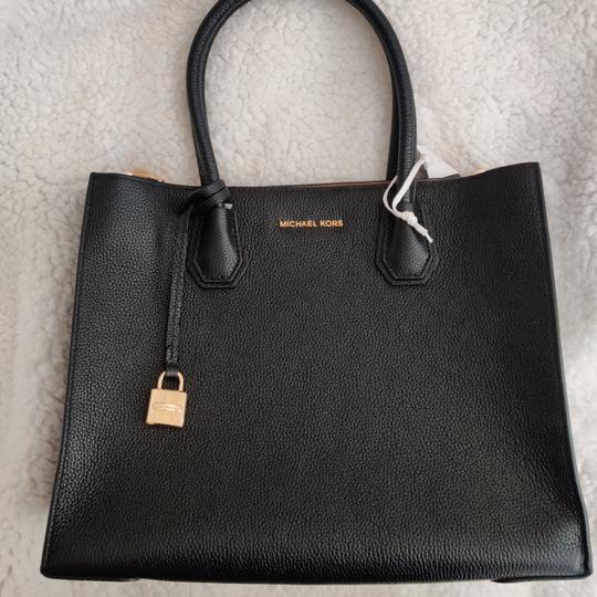 Preload https://item5.tradesy.com/images/michael-michael-kors-large-convertible-black-leather-tote-25952909-0-4.jpg?width=440&height=440