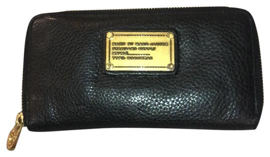 Preload https://img-static.tradesy.com/item/25963310/marc-by-marc-jacobs-black-with-gold-hardware-classic-wallet-0-2-540-540.jpg