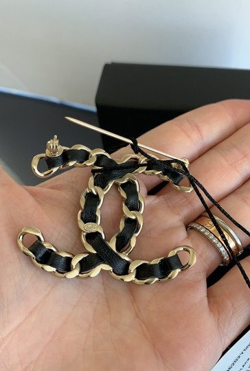 Chanel chain leather brooch Image 4