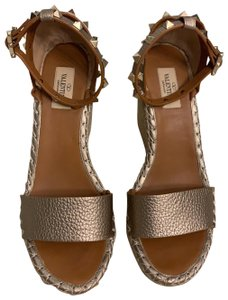 Valentino metallic Wedges